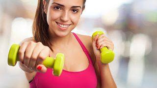 【女性におすすめのダイエット筋トレグッズ】扱いやすいダンベル・チューブ・バランスボールなどをご紹介
