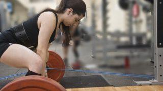 【デッドリフトの女性向けやり方】背中ダイエット効果の高いバーベル筋トレを女子ビルダーが解説