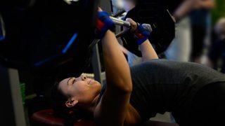 【ベンチプレス女性版】バストアップ効果の高いやり方と重さの決め方