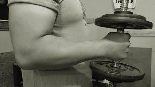 【腕の筋肉を太くする筋トレ】厳選種目とコアポイントをアームレスラーが解説