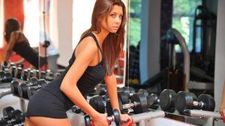 【女性の背筋ダンベル筋トレ】背中の肉を落としてすっきり痩せる方法