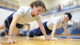 【女性の二の腕自重トレーニング】自宅・器具なしで引き締め筋トレ